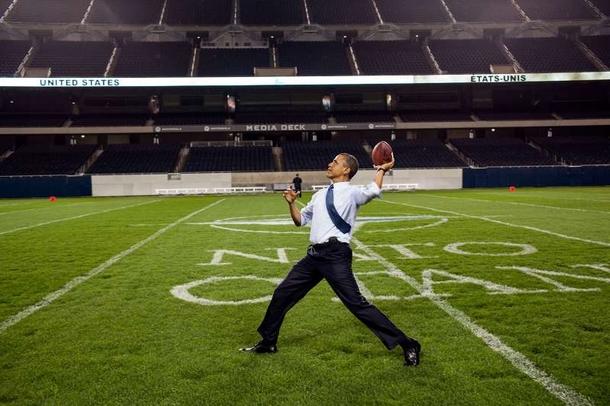 après une réunion de l'OTAN à Chicago, en Illinois. Je crois qu'il était surtout excité d'être sur le terrain de ses chers Bears de Chicago.jpg