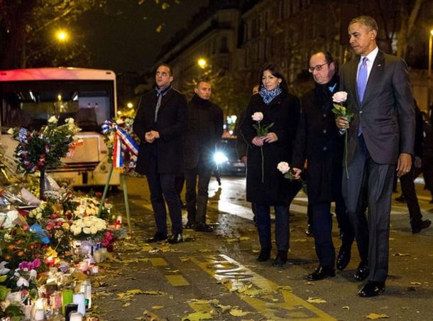Barack Obama vient se recueillir sur l'hommage des victimes du Bataclan, à Paris, le 30 novembre 2015.jpg