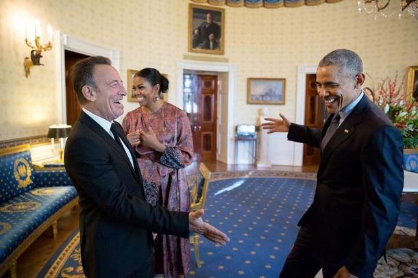 Bruuuuuce! Le président prend son élan pour serrer la main de Bruce Springsteen dans le salon bleu de la Maison-Blanche avant la cérémonie de remise des médailles présidentielles de la Liberté. Je suis tellement.jpg