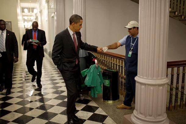 Dans les couloirs de la Maison Blanche, il check du poing l'homme de ménage Lawrence Lipscomb pour le saluer..jpg