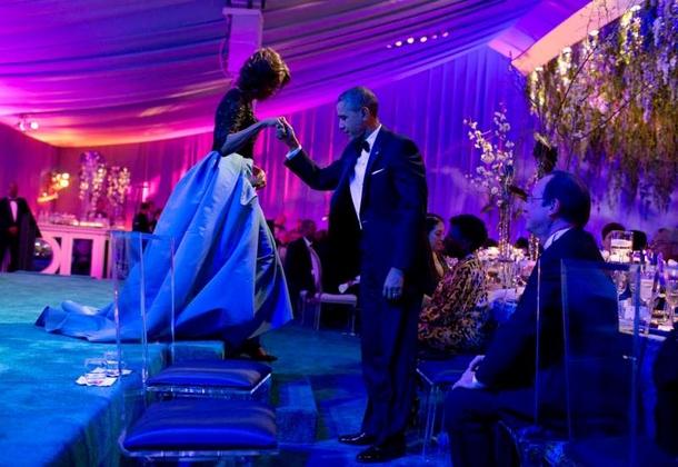 le président aide la première dame à descendre de scène lors d'un dîner officiel pour le président français François Hollande sur la pelouse sud de la Maison-Blanche..jpg