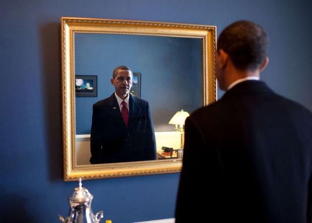 Le président désigné Barack Obama s'apprêtait à prêter serment. Dans les coulisses du Capitole, il a vérifié son apparence une dernière fois dans le miroir..jpg