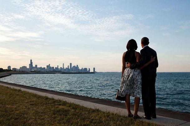le président et la première dame se sont dirigés vers la rive du lac Michigan pour regarder le panorama de leur ville d'origine.jpg