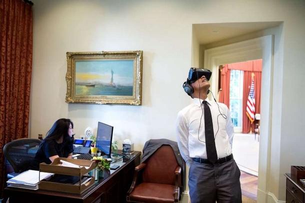 le-president-obama-regarde-un-film-de-realite-virtuelle-durant-son-voyage-au-parc-national-de-yosemite-tandis-que-son-assistante-personnelle-ferial-govashiri-continue-a-travailler-a-son-ordinateur
