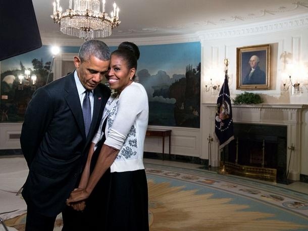 Michelle Obama se blottit contre Barack Obama avant un enregistrement vidéo pour l'Exposition universelle de 2015, dans le Salon de réception des diplomates de la Maison-Blanche, le 27 mars 2015.jpg